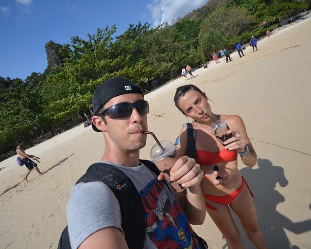 Tomándonos un batido de chocolate en la playa de Railay