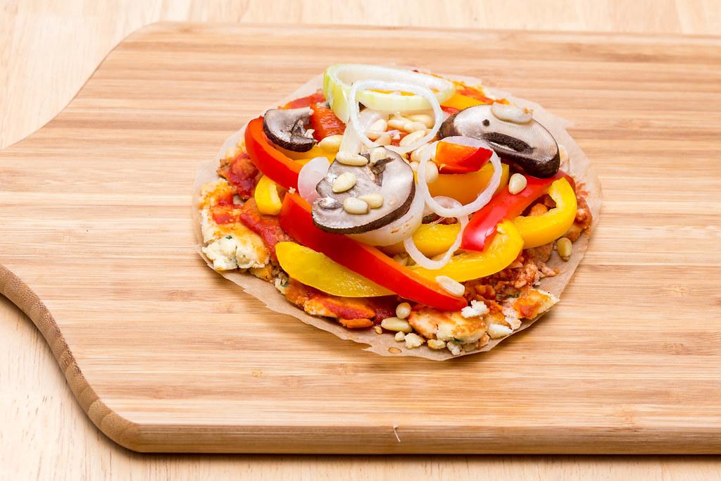 ... Mini-Pizza nach Paelo-Rezept mit Kokosmehl, Gemüse und Pinienkernen - by wuestenigel