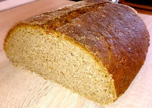 Selbstgebackenes Brot aus Roggen-Sauerteig, Vollkorn-Weizenmehl, Dinkelschrot, Dinkelmehl und Sonnenblumenkernen