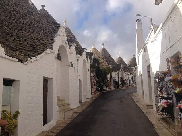 Puglia látnivalói - Alberobello utcácskája