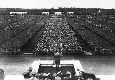Hitler en el Campo Zeppelin de Nuremberg (Alemania)