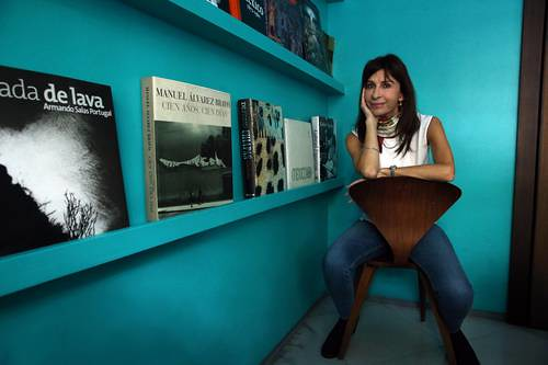 Ser mujer inteligente todavía provoca sospechas, afirma Carla Guelfenbein