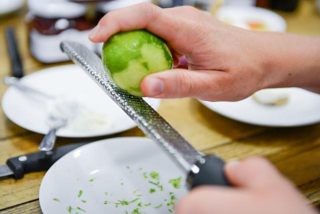 Les zestes de citron vert rappés à la microplane