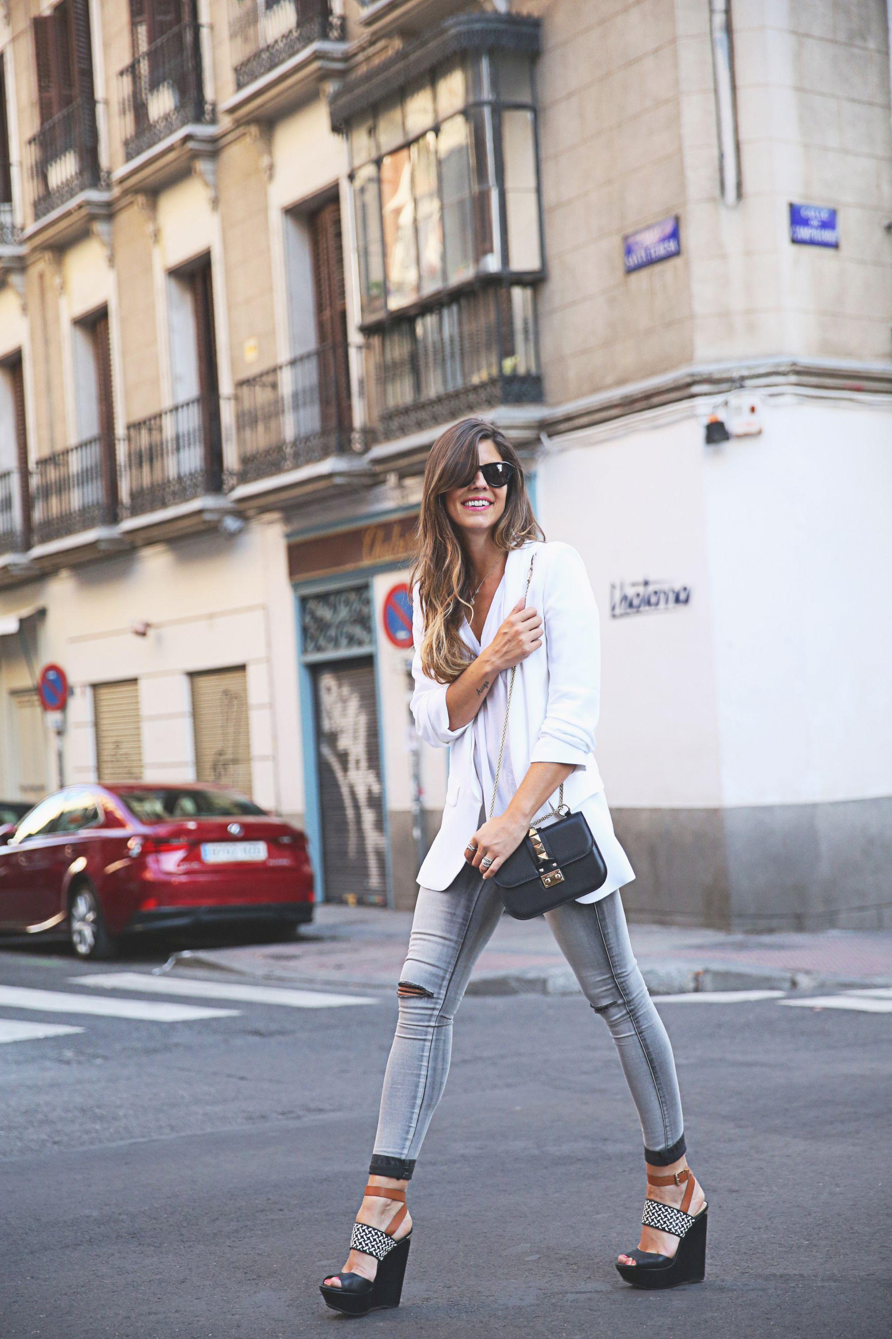 trendy-taste-look-outfit-street-style-ootd-blog-blogger-fashion-spain-moda-españa-SS15-verano2015-tendencias-trends-zara-buylevard-valentino-jessica-simpson-skinny-jeans-grey-white-blazer-americana-blanca-vaqueros-pitillo-sandalias-sandals-etnicas-2
