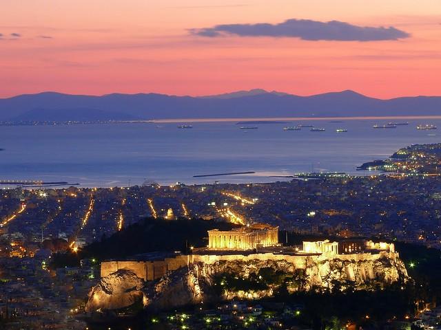 Η θέα της Ακρόπολης την ώρα που ο ήλιος δύει εκμηδενίζει τον αστικό ιστό και δημιουργεί απίστευτα συναισθήματα!