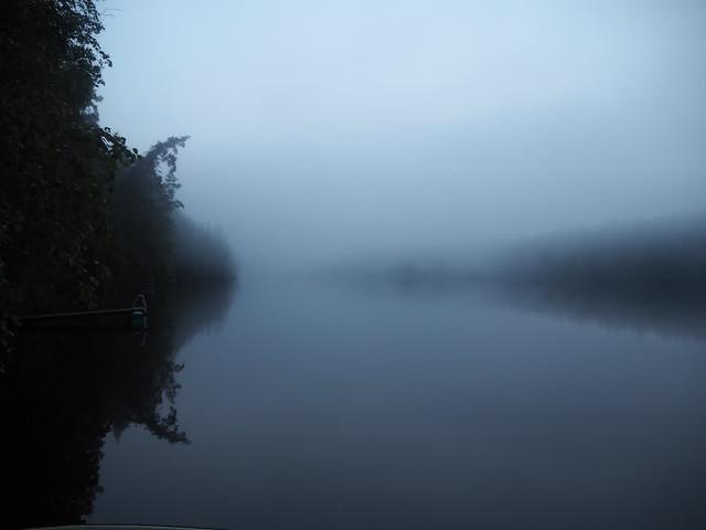 mökki usva1JPG, usva, ilma, vesi, luonto, nature, järvi, lake, maisema, landscpae, puut, höyry, lämmin ja kylmä, hämärä, yö, yötön yö, sumu, laituri, kesäyö,