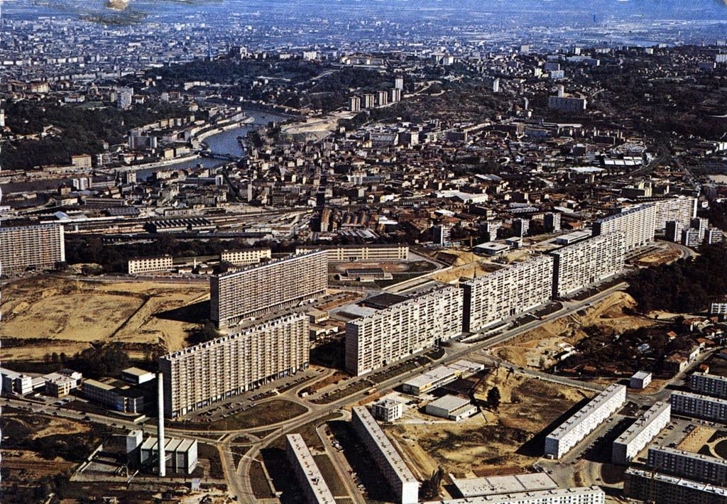 Vue aérienne sur la Duchère en construction dans les années 1960 à Lyon. Une partie des batiments a été détruite depuis.