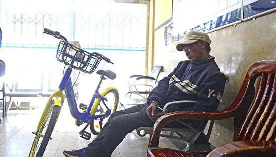 Pry the lock cannot lock the car others rode, detained man will share a bicycle thrown Jiang in Kunming