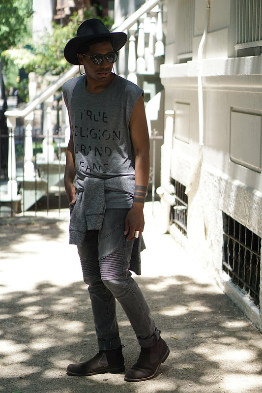 Grey Summer Look: Muscle Tank, Brimmed Hat, Moto Jeans, Cheslea Boots