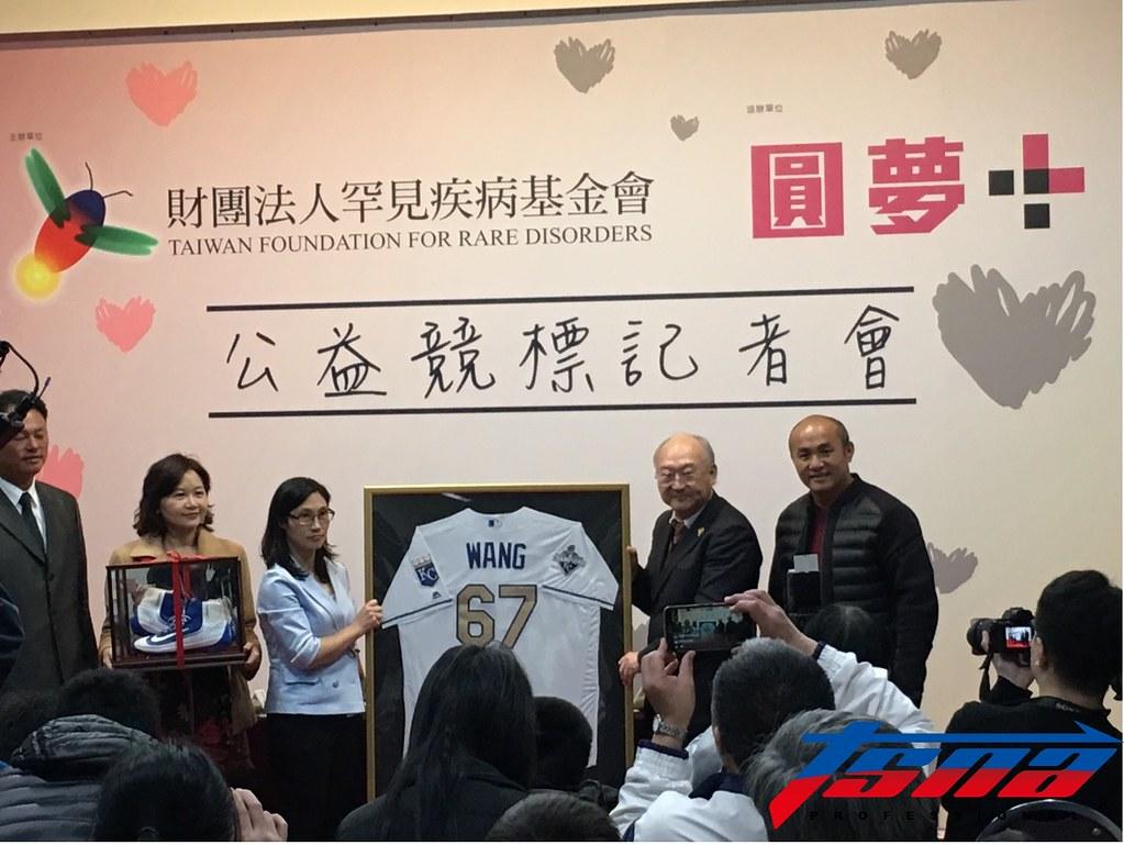 新北市成棒隊教練曹竣崵為罕見疾病基金會發起公益競標活動。(TSNA)
