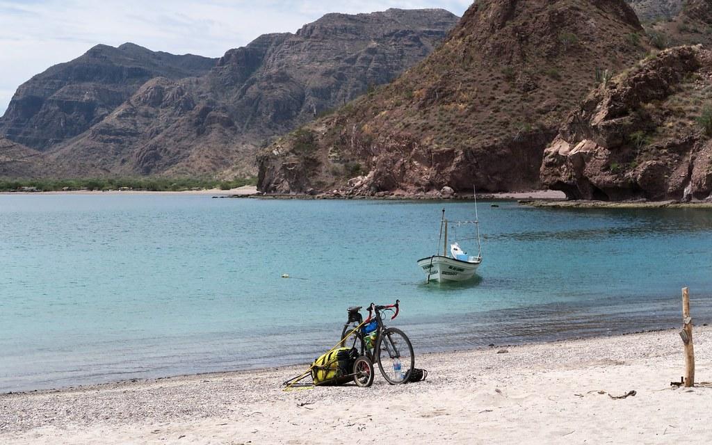 La meva bici, esperant a ser recollida per alguna 'panga' o un veler que es dirigeixi cap al sud.