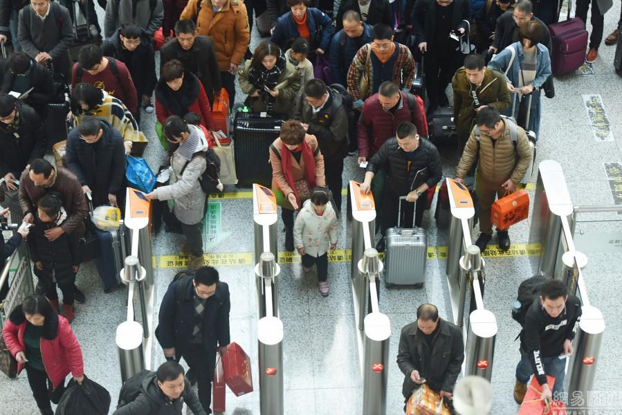 Before the national railroads ushered in Spring Festival passenger flow peak travel