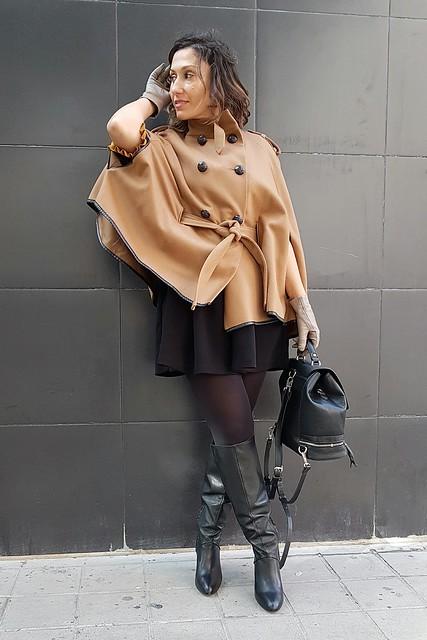 capa camel, Sherlock Holmes, vestido negro, preppy, manga francesa, volantes mostaza, Botas negras, caña ancha, mochila negra, camel cape, black dress, French sleeve, mustard flyers, Black boots, wide leg, black backpack, lbd, Naf Naf, Zara, Stradivarius, Adolfo Domínguez