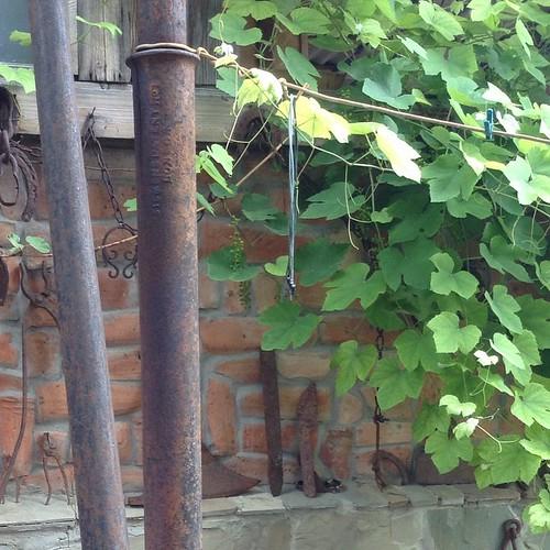 Если вы думаете, что это хрень какая-то, то глубоко неправы. Это старинный телеграфный столб линии Лондон-Калькутта, пролегавшей тут неподалеку, стоит у соседа, который владеет небольшим домашним музеем. #старыйкрым  #древности