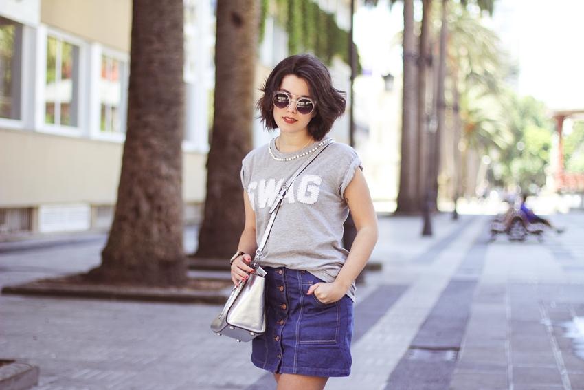 Falda vaquera con botones de Stradivarius con camiseta básica gris myblueberrynightsblog