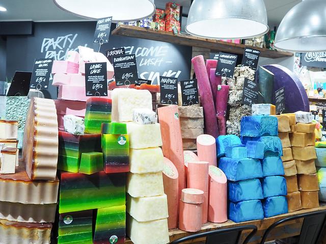 PB187881.jpgLushHelsinkiSaippuat, lush, kosmetiikka, cosmetic, liike, kauppa, myymälä, shop, store, helsinki, aleksanteirnkatu, saippuat, soap, beauty, kauneus,