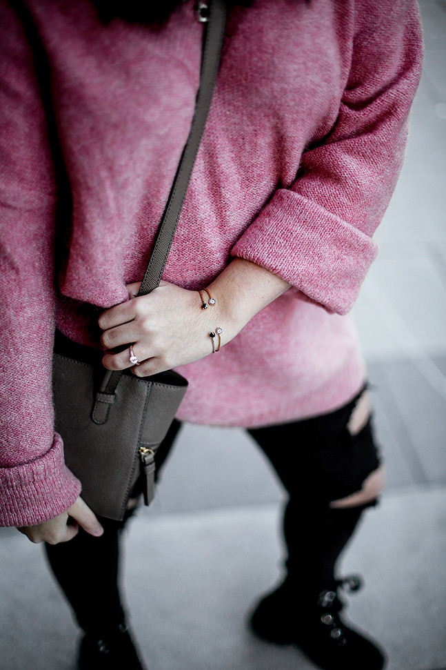 maxi-jersey-rosa-hm-pantalones-rotos-botas-terciopelo-stradivarius-carmen-acosta-streetstyle9