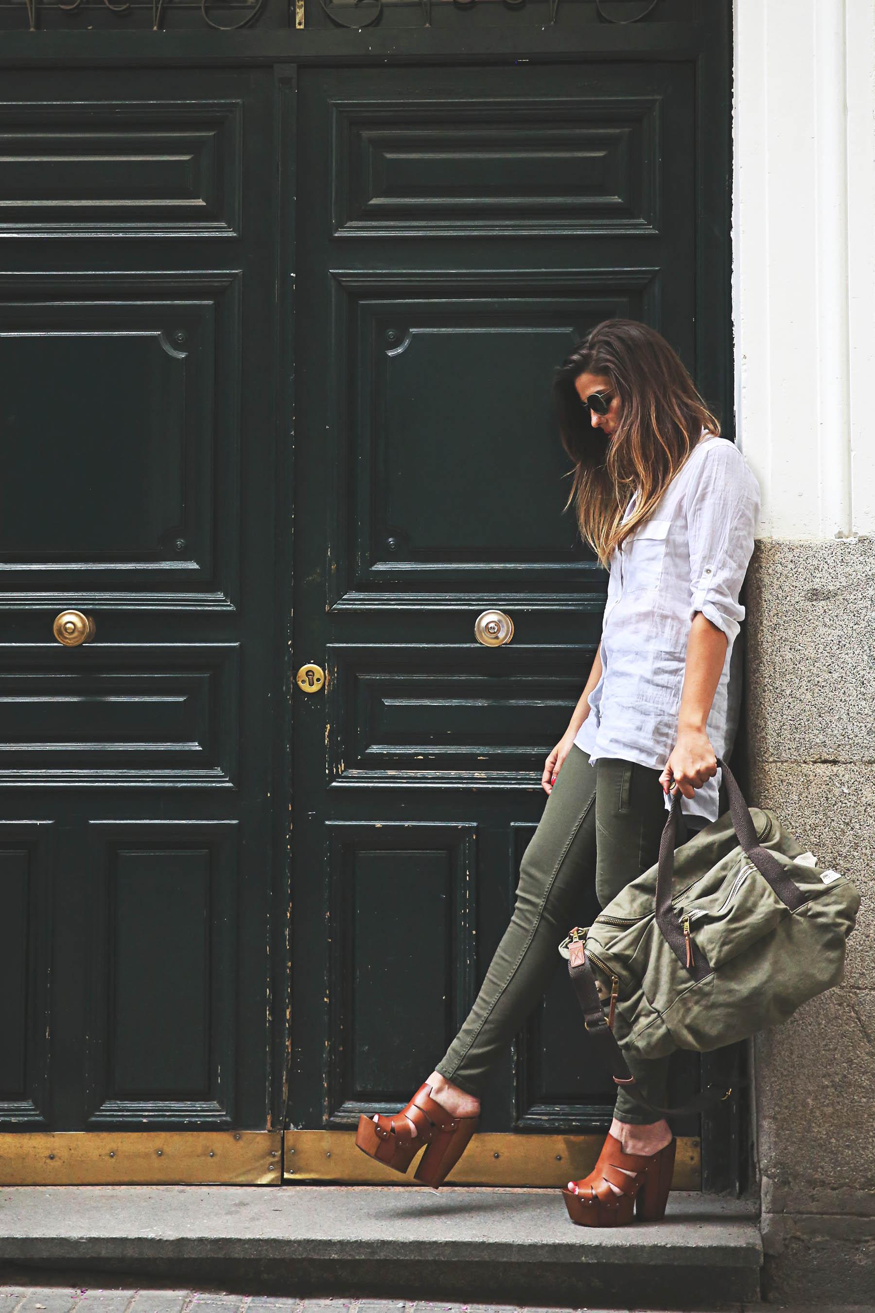 trendy-taste-look-outfit-street-style-steve-madden-ootd-blog-blogger-fashion-spain-moda-españa-safari-traveling-viaje-bolsa-bag-khaki-caqui-pants-sandalias-zuecos-2