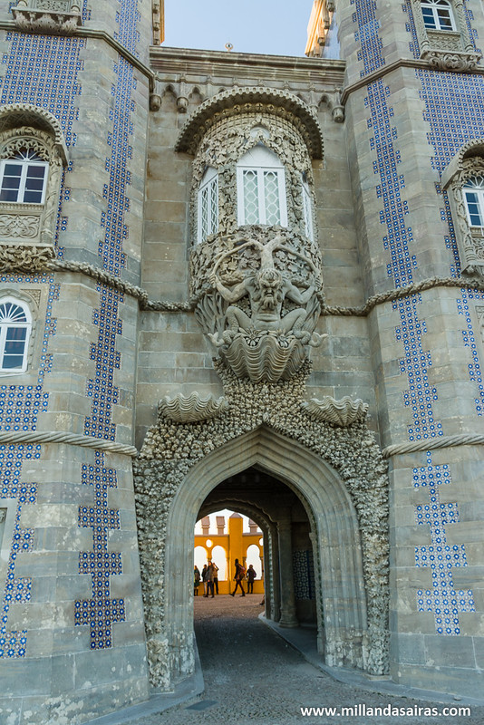 Tritón custodiando la puerta de entrada al Patio de los Arcos