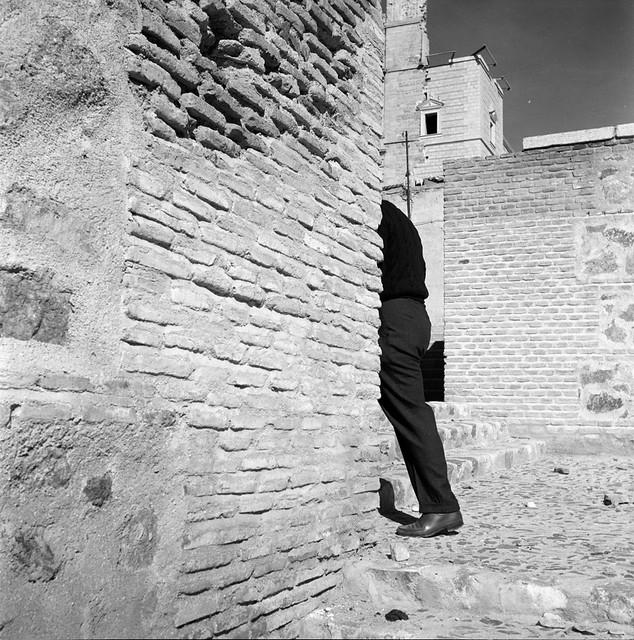 Una calle de Toledo con el Alcázar al fondo en 1956 © Paco Gómez/Fundació Foto Colectania
