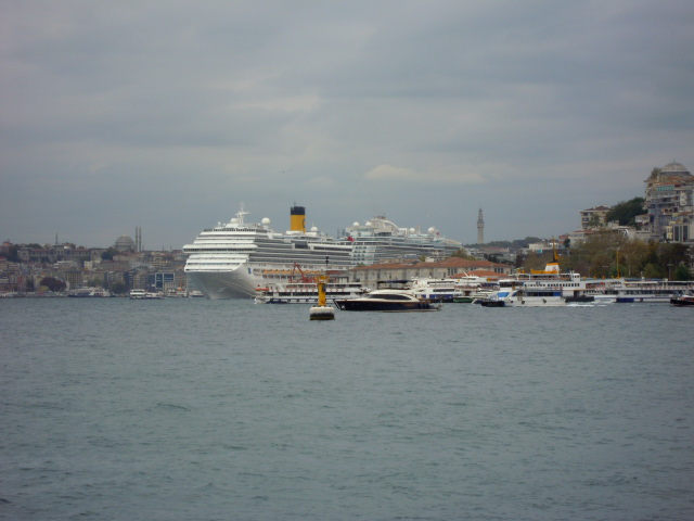 伊斯坦堡每天都有 3~5 艘豪華郵輪灣靠