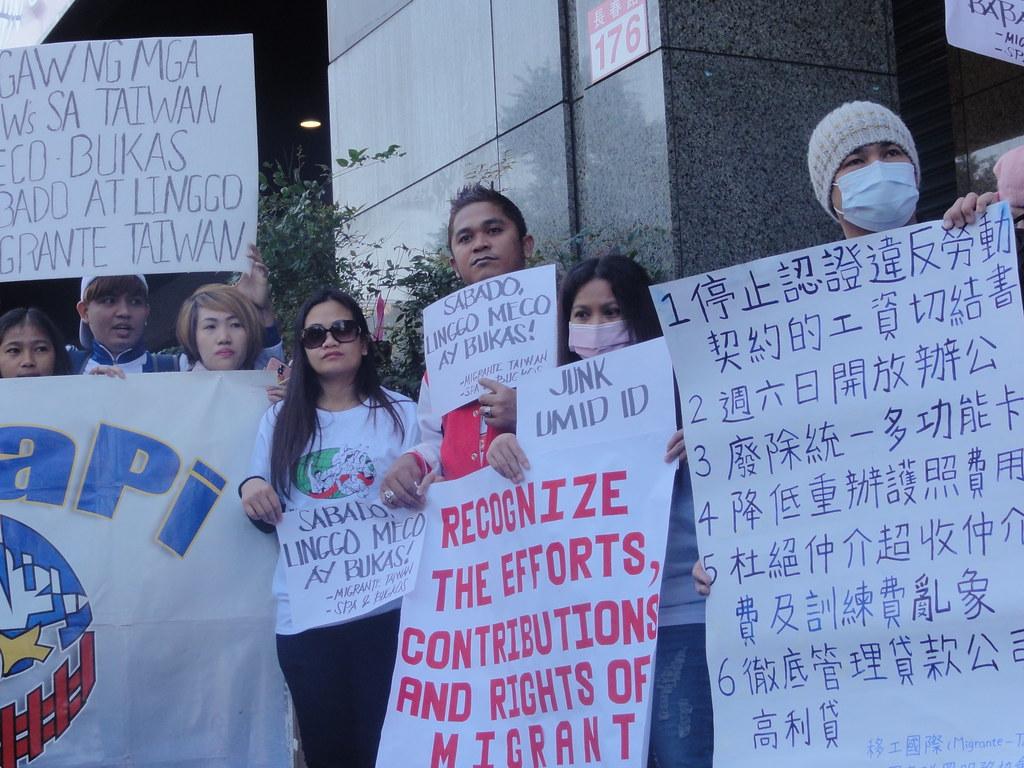 移工手拿的紙板寫著六項訴求,此外現場也訴求菲國政府「關注菲律賓漁工的權益」。(攝影:張智琦)