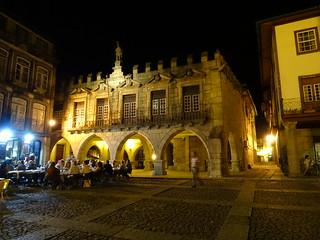 Plaza Oliveira, al fondo antiguo palacio del consejo