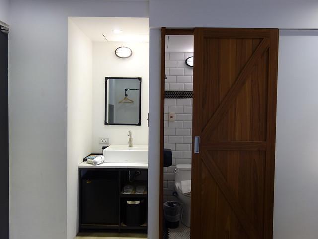 進門左手邊是浴廁和洗手台@台中鵲絲旅店