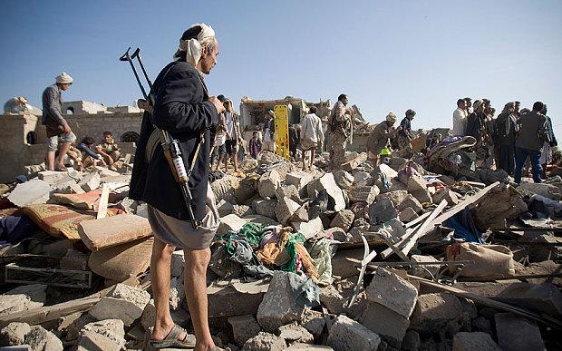 """葉門首都沙那遭受攻擊後的景況。(影像來源:<a href = """" http://www.marxist.com/middle-east-war-on-yemen-magnifies-the-crises-of-rotten-regimes.htm """"> In Defence of Marxism </a>)"""