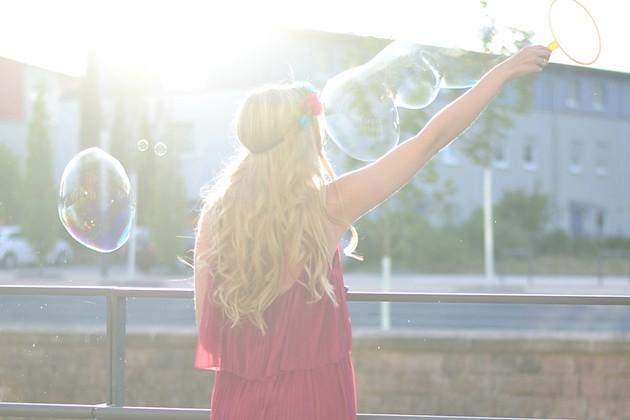 eugli-fashionblogger-ootd-outfit-lotd-blumenkranz-seifenblasen-verträumt