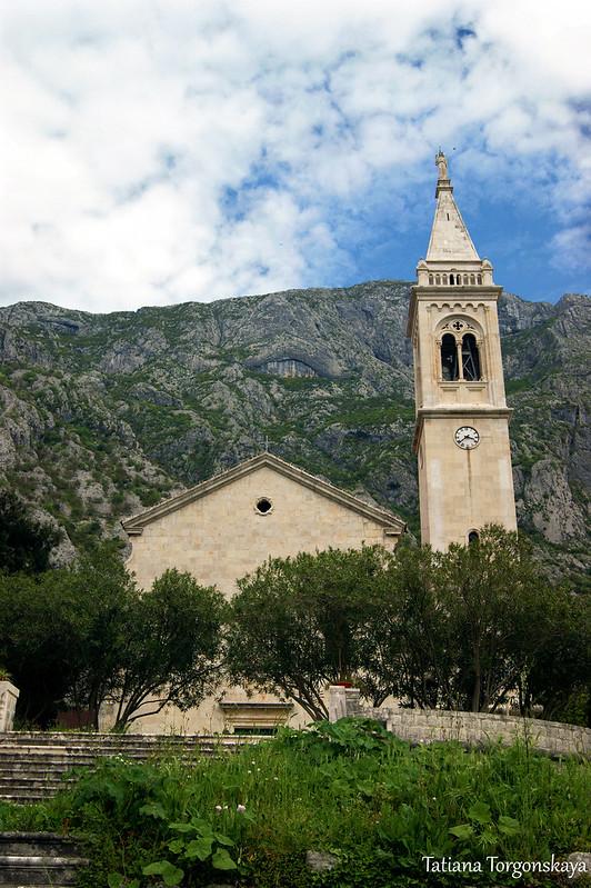 Вид на церковь со стороны набережной