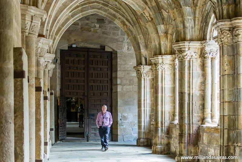 Caballero paseando y reflexionando sobe la espiritualidad que impregna las paredes del claustro que une las dos catedrales