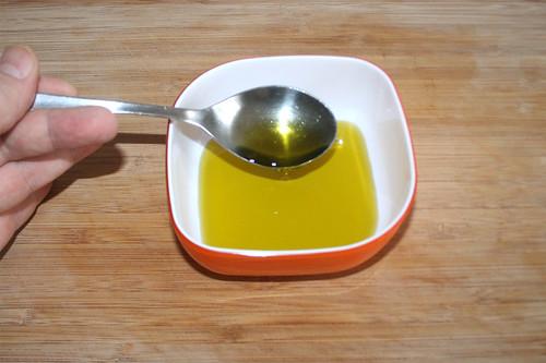12 - Olivenöl in Schüssel geben / Put olive oil in bowl