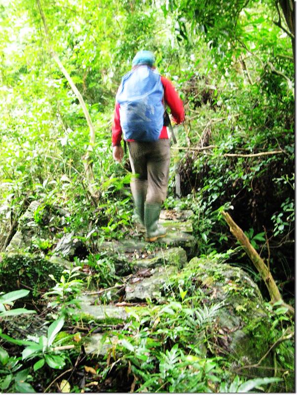 登論外山途中砌石瘦稜