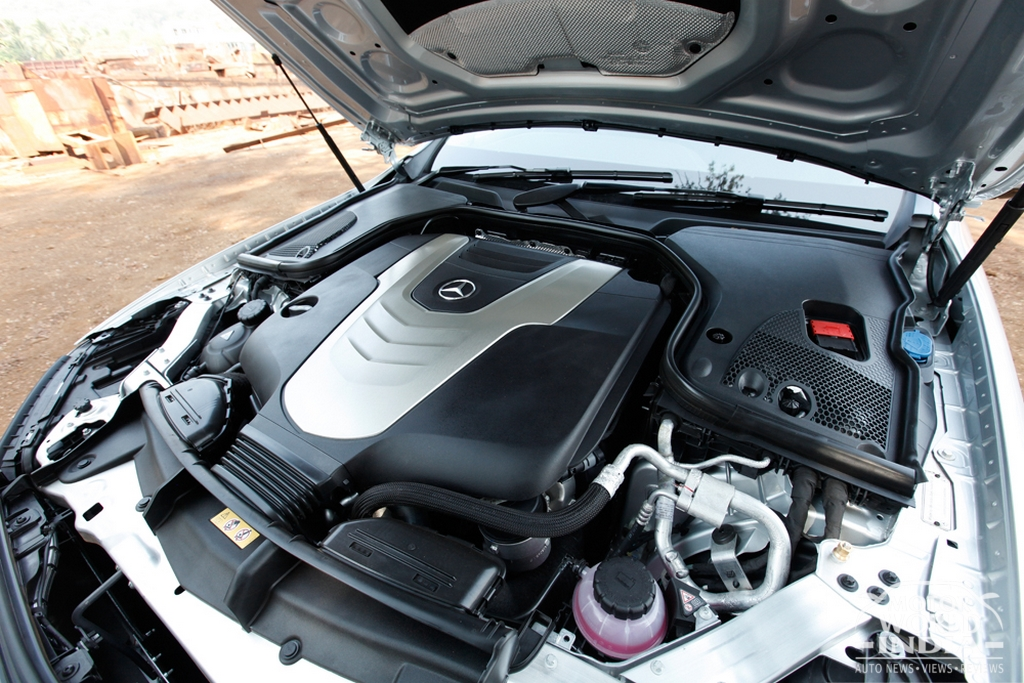 2017-Mercedes-Benz-E-Class-LWB-Engine-Bay (3)