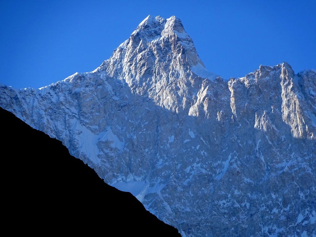 Το ανώτερο (κάθετο) τμήμα της βόρειας όψης του Kumbhakarna (7710μ)