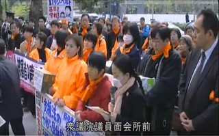 先前避難災民至眾議院遞交連署書影片截圖。來源:labornetTV。