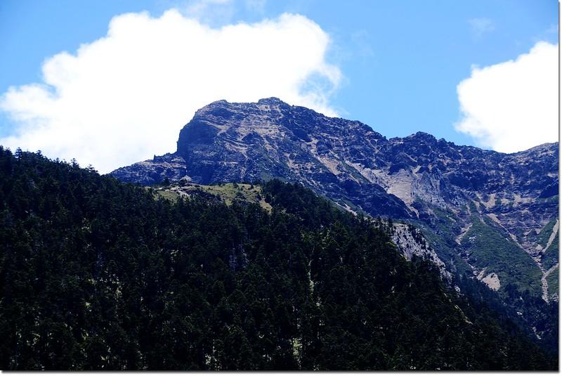 西峰下觀景台前東望主峰