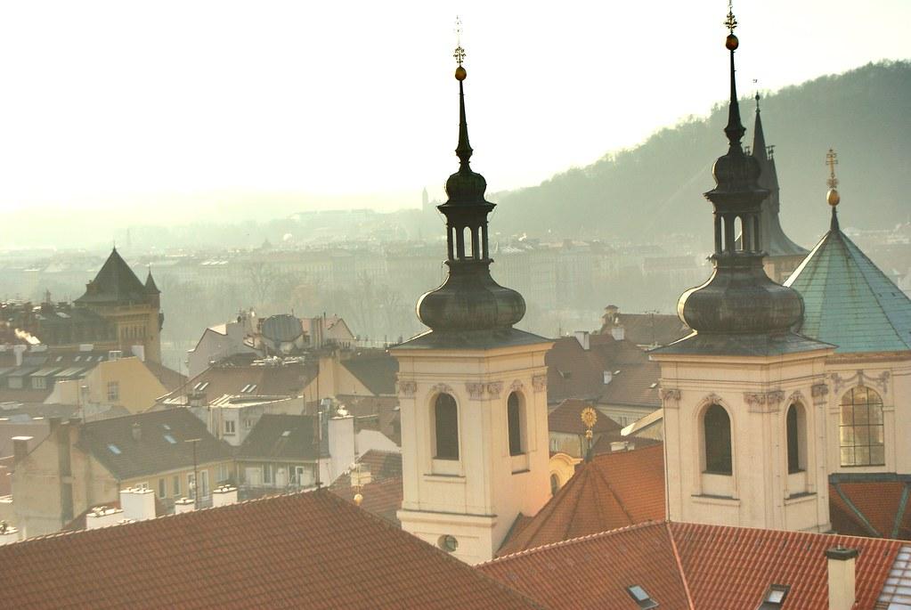 Vue depuis le Clementinum en direction de la colline de Petrin à Prague.