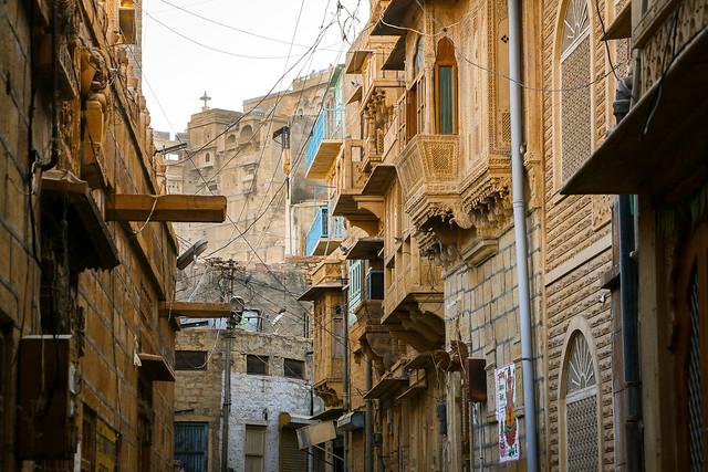 Jaisalmer Fort through an alley, India 旧市街の路地から見えるジャイサルメール・フォート