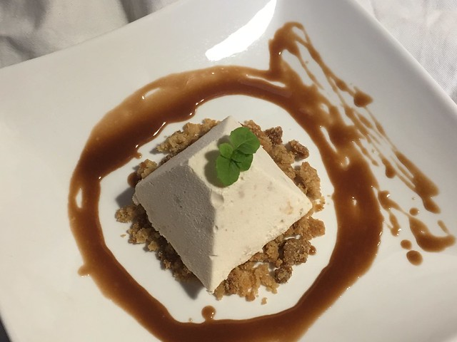 Mousse de turrón sobre crumble de almendra y salsa de chocolate mars