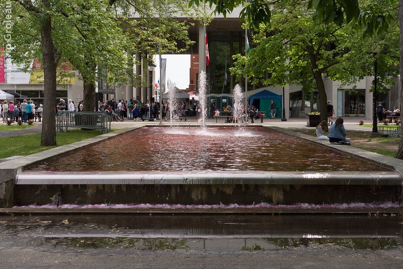 La fontaine à l'eau rouge, une plaisenterie ?