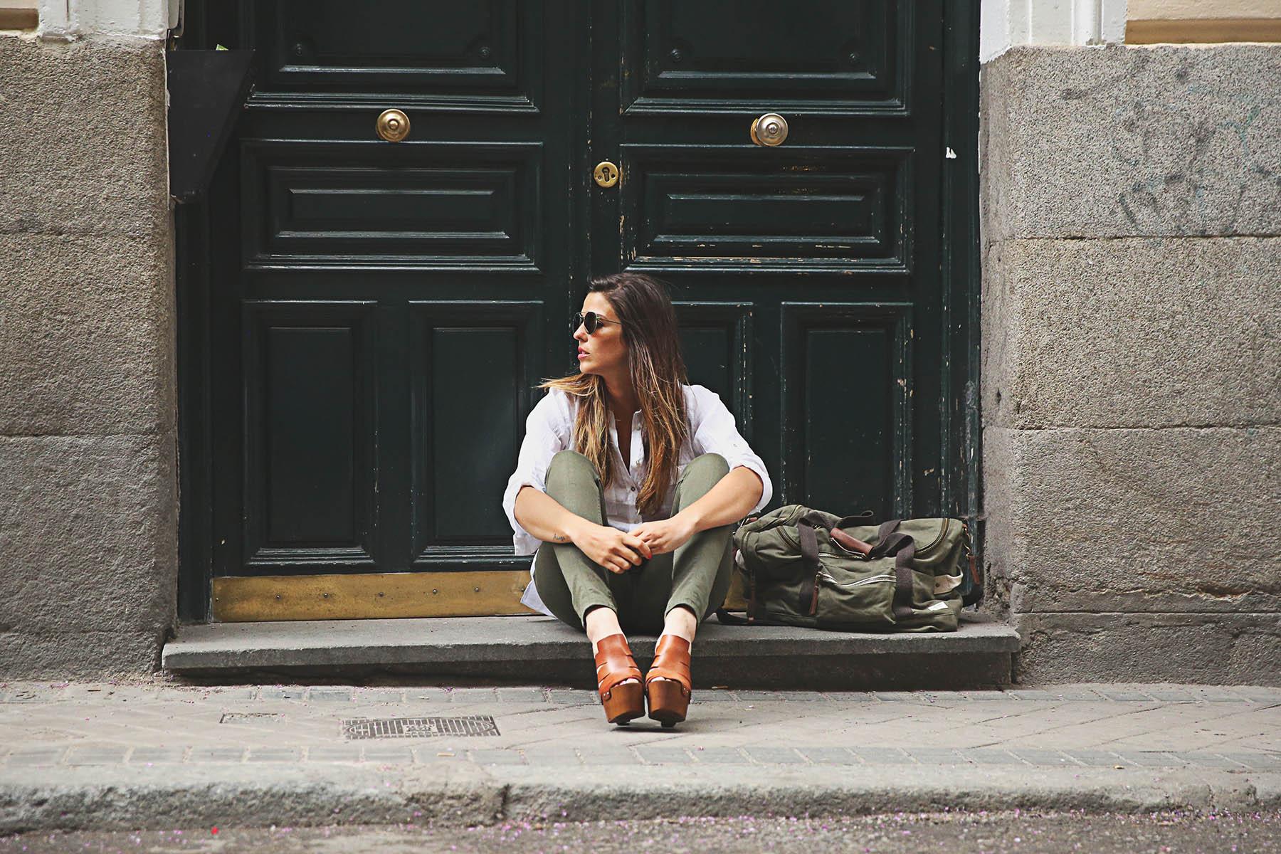 trendy-taste-look-outfit-street-style-steve-madden-ootd-blog-blogger-fashion-spain-moda-españa-safari-traveling-viaje-bolsa-bag-khaki-caqui-pants-sandalias-zuecos-5