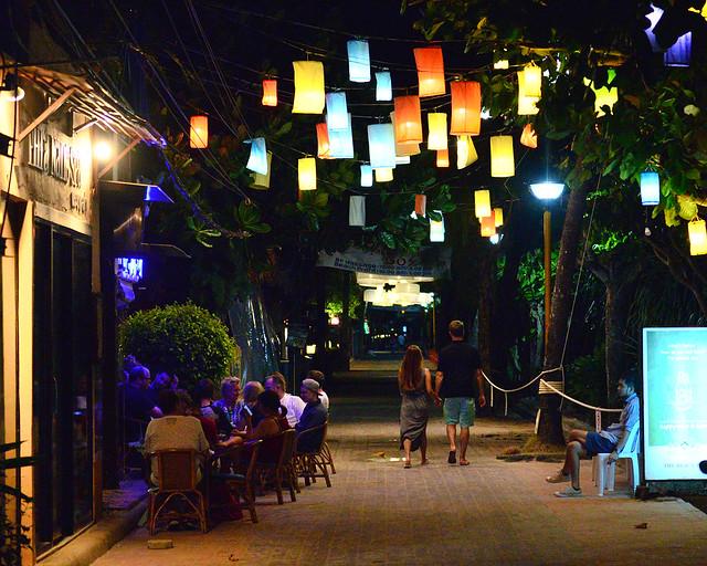 Calles iluminadas de Ao Nang junto al mar