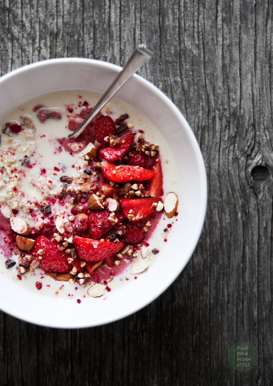 Overnight oats with strawberries (bircher muesli)
