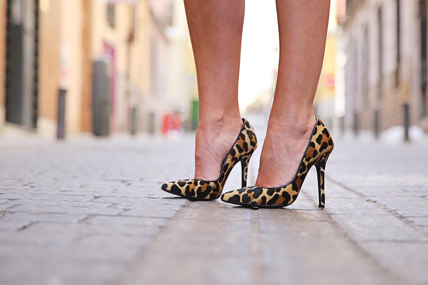 trendy-taste-look-outfit-street-style-ootd-blog-blogger-fashion-spain-moda-españa-leo-print-estiletos-mas34-leather-bag-denim-shorts-vaqueros-rotos-8