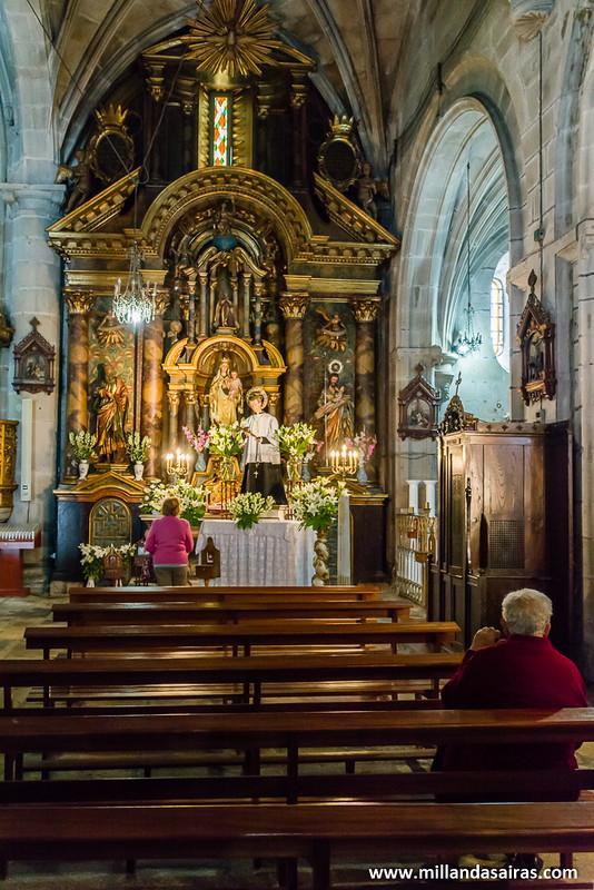 Feligresas rezando o realizando ofrendas en el interior de la Excolegiata