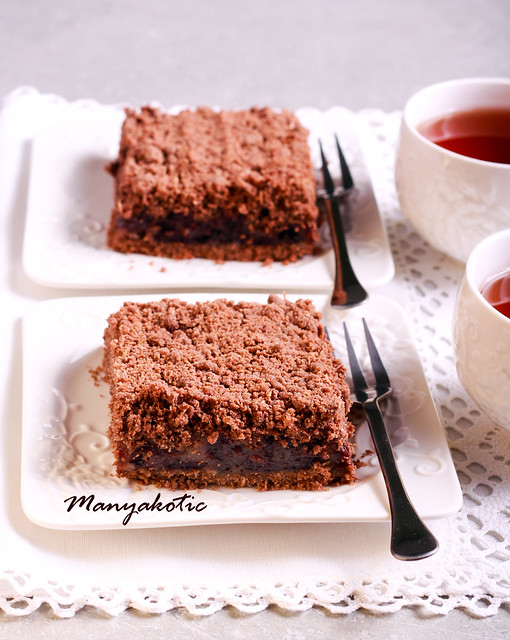 Chocolate crumble cake with cherry filling