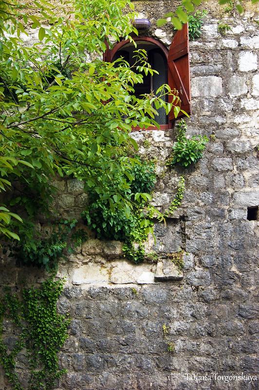 Окно в стене