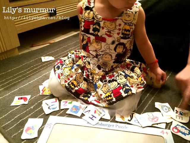 小妮穿著我買給她的史努比洋裝,正在玩字母拼圖。